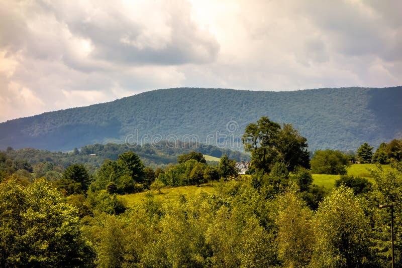 Montanhas Carolina Seen From norte de Ashe County o Ridge azul imagens de stock