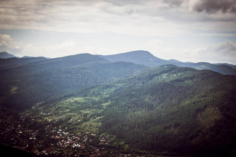 Montanhas Carpathian majestosas cobertas com as árvores coníferas imagem de stock