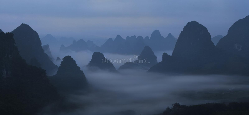 Montanhas chinesas na névoa e na névoa fotos de stock royalty free