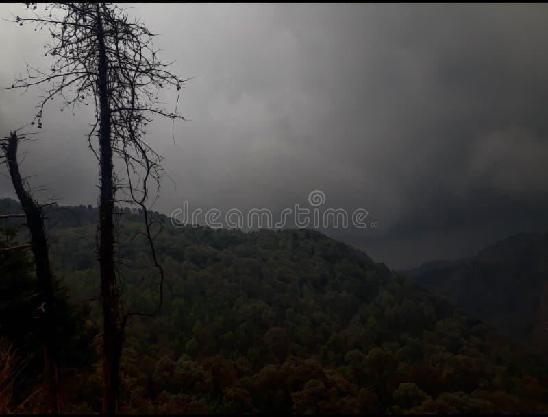 Montanhas cobertas com as nuvens em chuvoso na noite fotos de stock royalty free