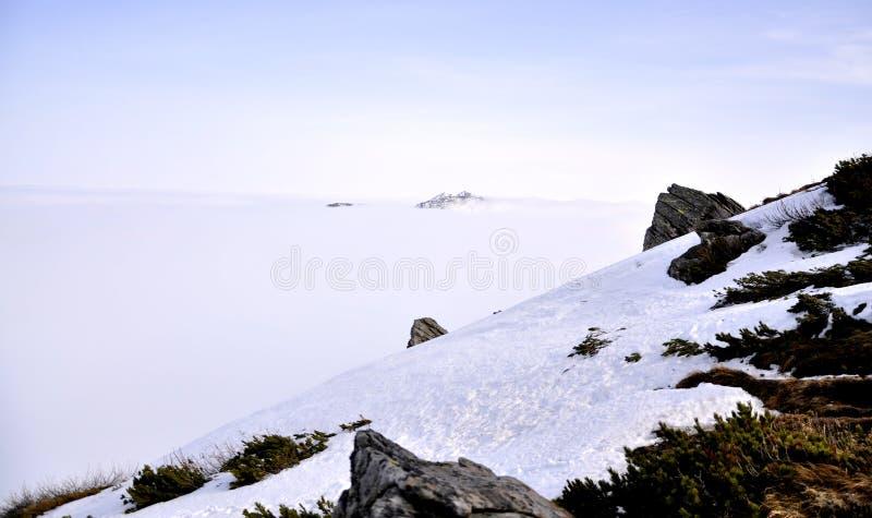 Montanhas cobertas com a neve fotos de stock royalty free