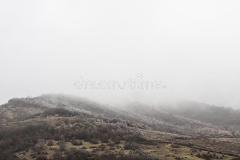 Montanhas cobertas com a primeira neve geórgia imagem de stock royalty free