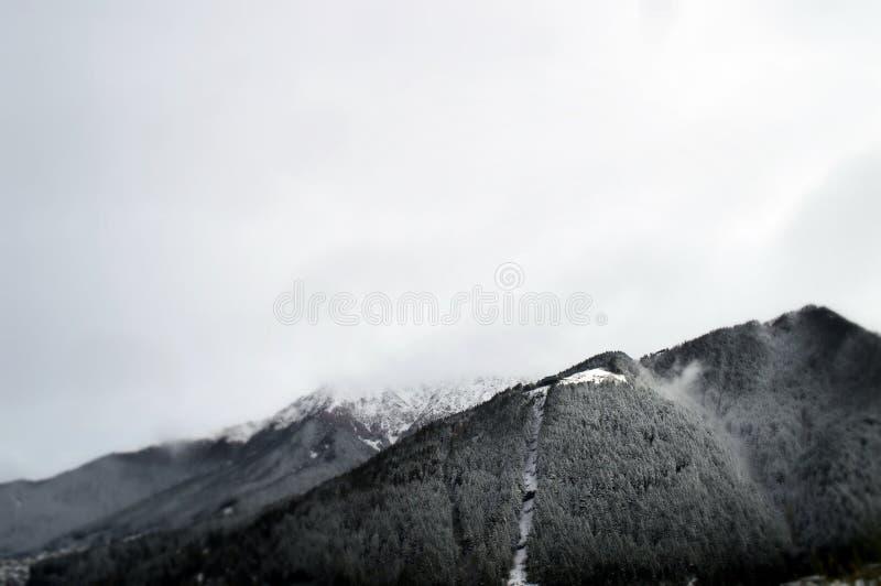 Montanhas cobertos de neve e céu fotografia de stock royalty free