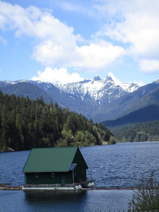 Montanhas com capas de neve alpinas, belas e atraentes, no Parque Regional do Rio Capilano, em 2019 fotografia de stock royalty free