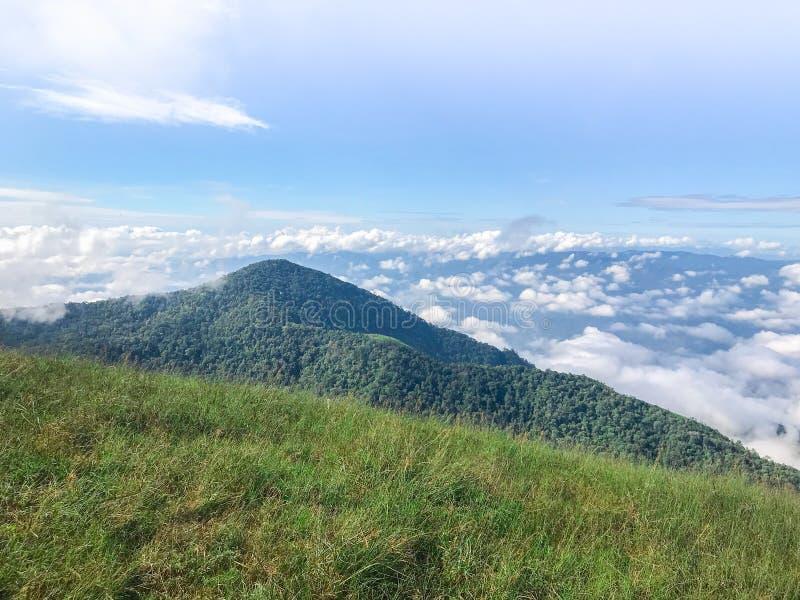 Montanhas com clound e névoa azuis no MAI de Chaing, Tailândia imagens de stock royalty free