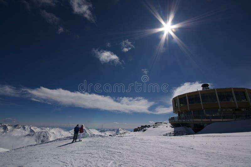 Montanhas com edifício e os povos interessantes fotos de stock royalty free
