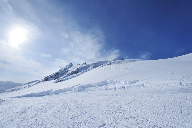 Montanhas com neve no inverno imagem de stock royalty free