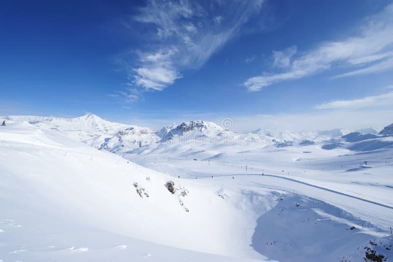 Montanhas com neve no inverno fotografia de stock royalty free