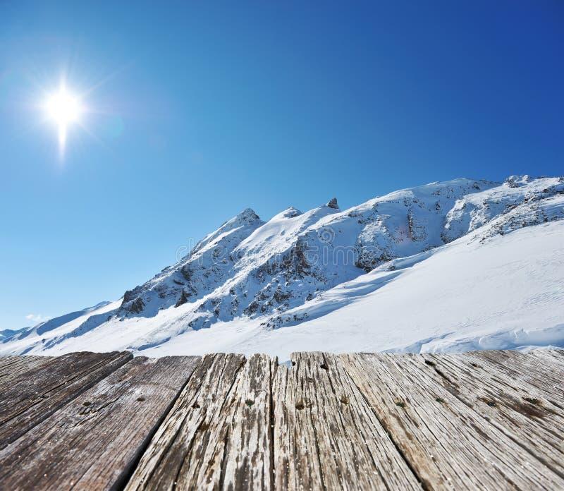 Montanhas com neve no inverno foto de stock royalty free