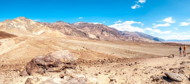 Montanhas com pico da pirâmide no Vale da Morte imagem de stock royalty free