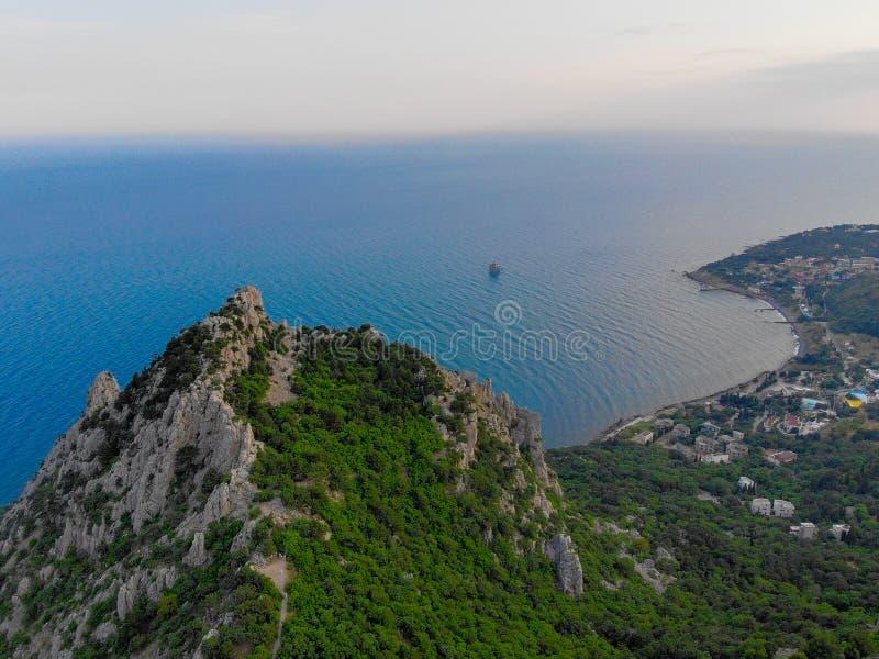 Montanhas crimeanas contra o mar imagens de stock royalty free