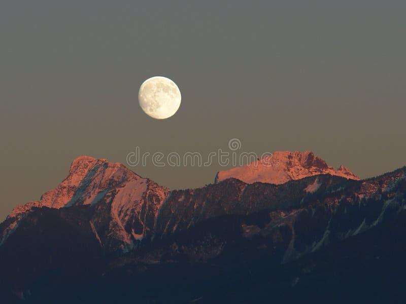 Montanhas da cascata que nivelam a lua imagens de stock royalty free