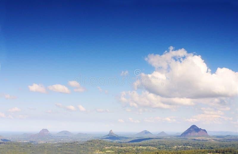 Montanhas da costa da luz do sol foto de stock