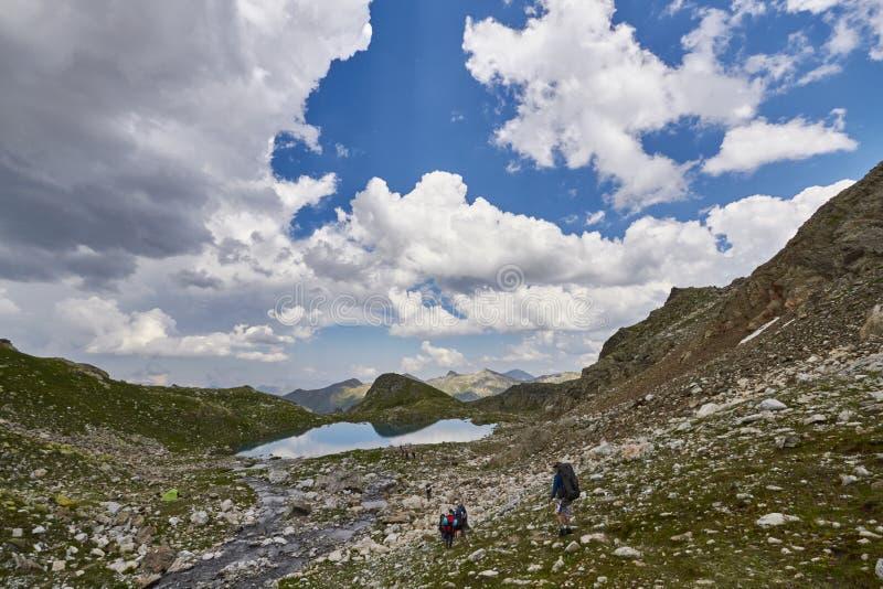 Montanhas da escala Arkhyz de Cáucaso, lago sofia, MOU de escalada fotos de stock