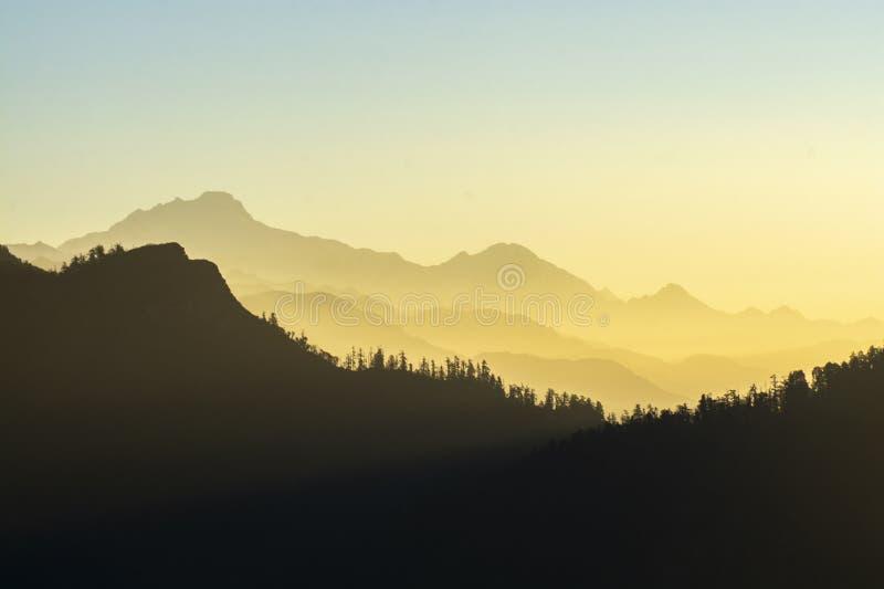 Montanhas da manhã em tons de laranja com luz solar, Annapurna Conservation Area imagem de stock