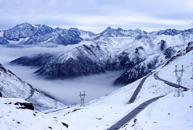 Montanhas da neve com estrada fotos de stock royalty free