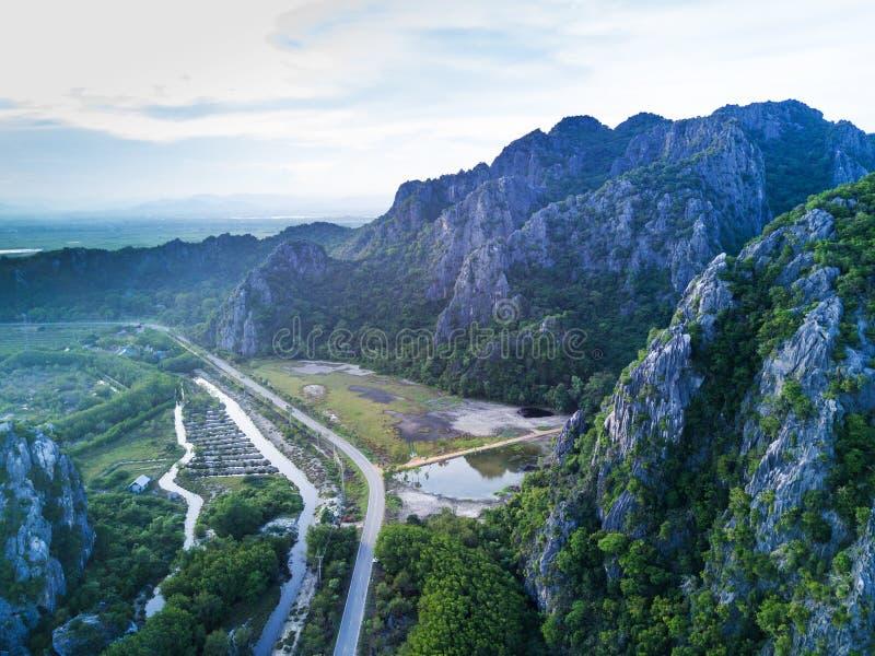 Montanhas da pedra calcária em Sam Roi Yot National Park, Tailândia Dron foto de stock royalty free
