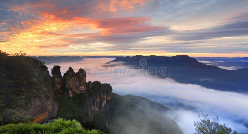 Montanhas da rainha Elizabeth Lookout Three Sisters Blue do nascer do sol foto de stock royalty free