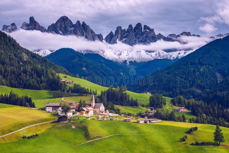 Montanhas das dolomites de Imressive e vilas tradicionais Ao norte de foto de stock royalty free