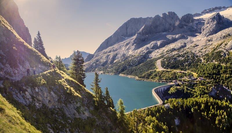 Montanhas das dolomites e lago azul imagens de stock