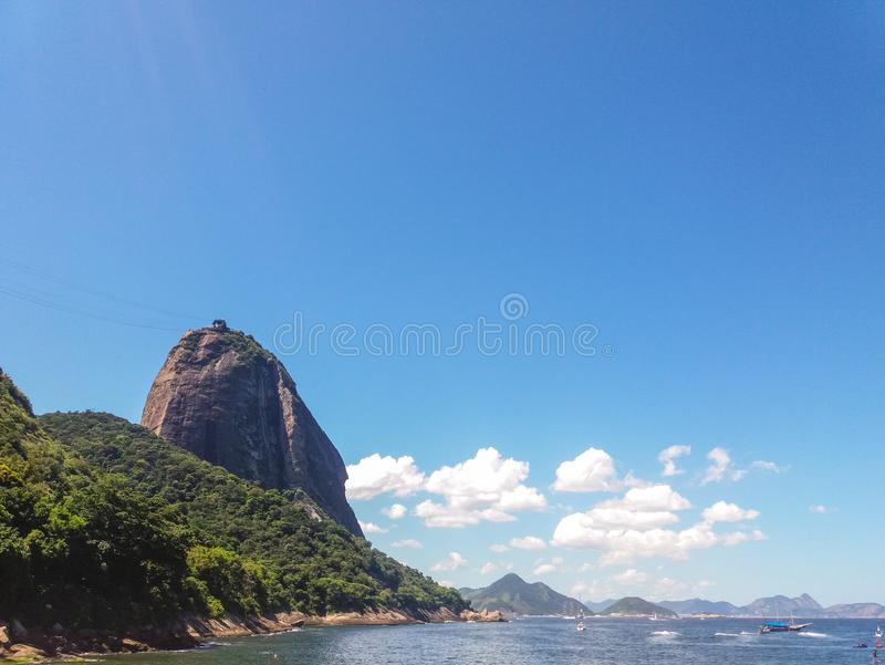 Montanhas das praias e cidade de Rio de janeiro em Brasil imagem de stock