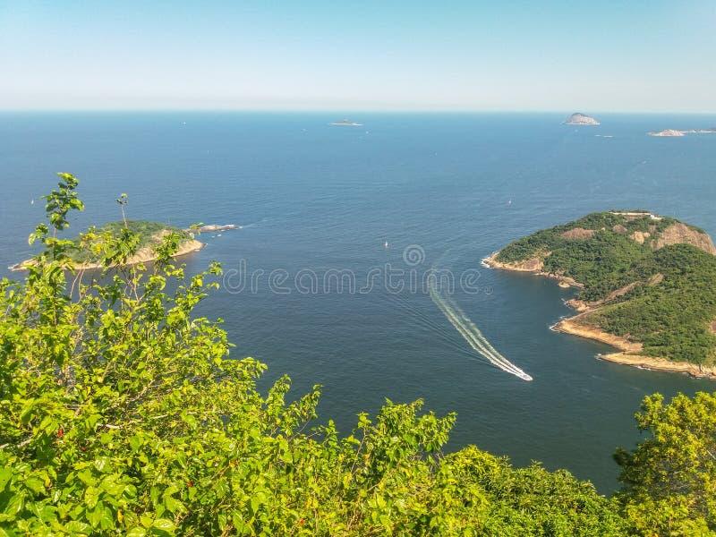 Montanhas das praias e cidade de Rio de janeiro em Brasil foto de stock