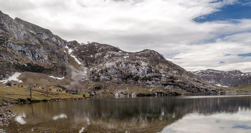 Montanhas das reflexões foto de stock