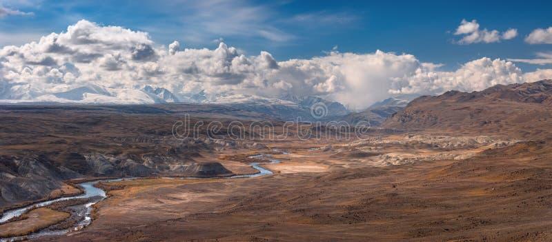 Montanhas de Altai, Rússia Paisagem marciana do ` do ` original de uma área muito incomum, situada perto da beira de Rússia, de C imagem de stock