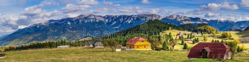 Montanhas de Bucegi vistas do vilage de Fundata, Brasov, Romênia imagens de stock royalty free
