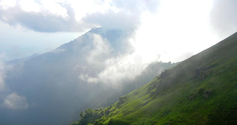Montanhas de Cáucaso em Lagodekhi NP nas nuvens foto de stock