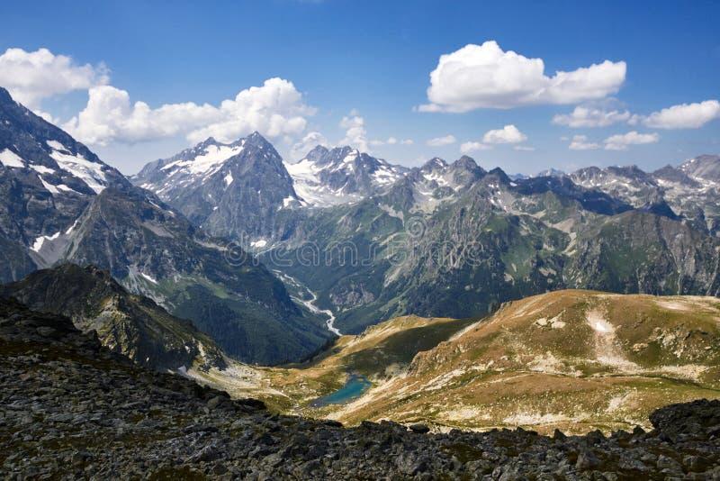 Montanhas de Cáucaso no verão, o derretimento do lago do lago Arkhyz Sófia do cume da geleira Montanhas altas bonitas de Rússia,  imagens de stock