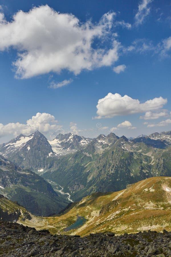Montanhas de Cáucaso no verão, o derretimento do lago do lago Arkhyz Sófia do cume da geleira Montanhas altas bonitas de Rússia,  imagem de stock royalty free