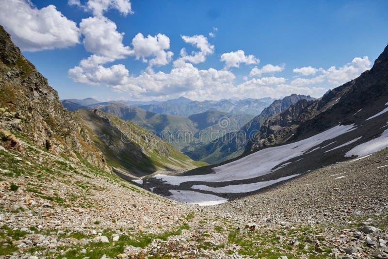 Montanhas de Cáucaso no verão, o derretimento do lago do lago Arkhyz Sófia do cume da geleira Montanhas altas bonitas de Rússia,  fotos de stock royalty free