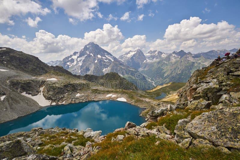 Montanhas de Cáucaso no verão, o derretimento do lago do lago Arkhyz Sófia do cume da geleira Montanhas altas bonitas de Rússia,  imagens de stock royalty free
