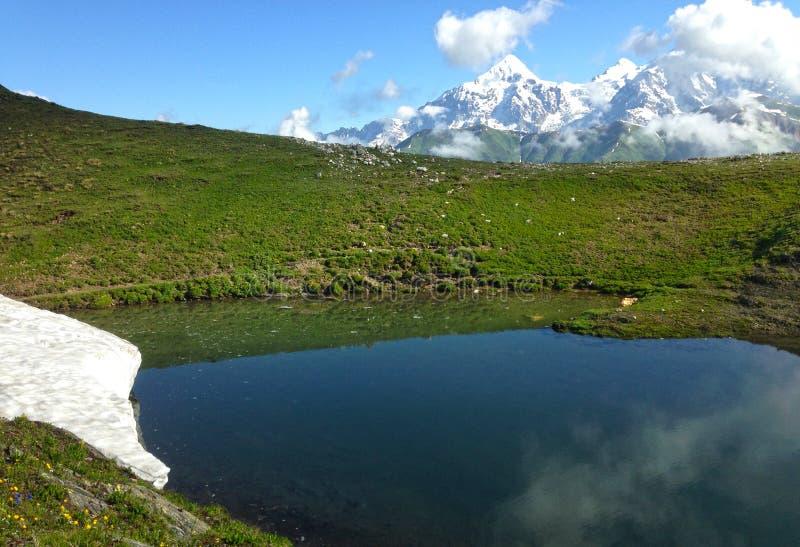 Montanhas de C?ucaso do lago em Ge?rgia fotos de stock royalty free