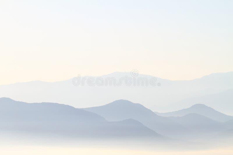 Montanhas de cume azul fotos de stock