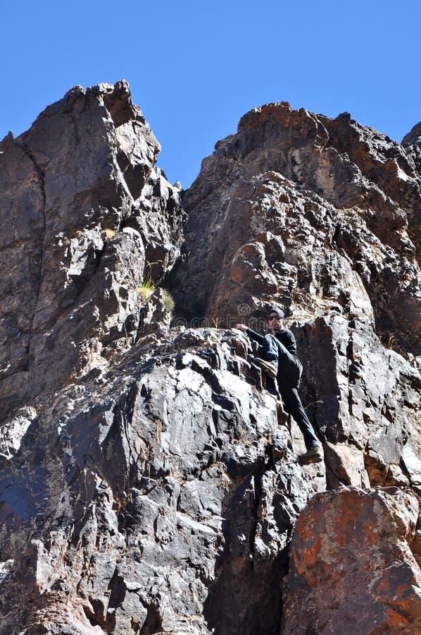 Montanhas de escalada do homem novo imagem de stock royalty free