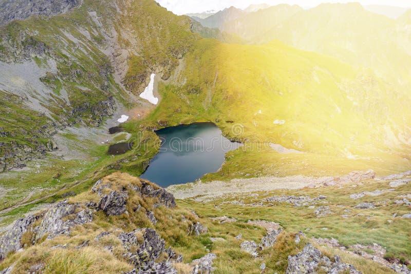 Montanhas de Fagaras perto do lago capra imagens de stock royalty free