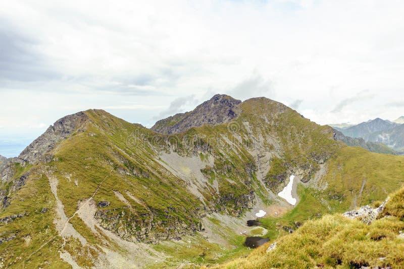 Montanhas de Fagaras perto do lago capra fotografia de stock royalty free