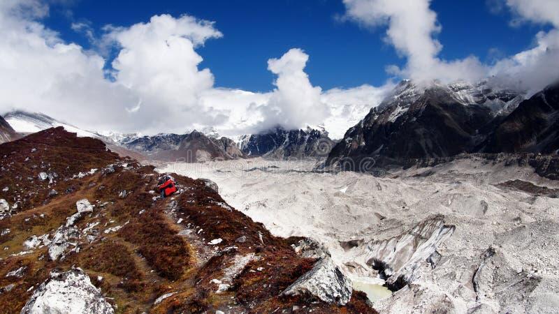 Montanhas de Himalaya que Trekking o montanhista fotografia de stock