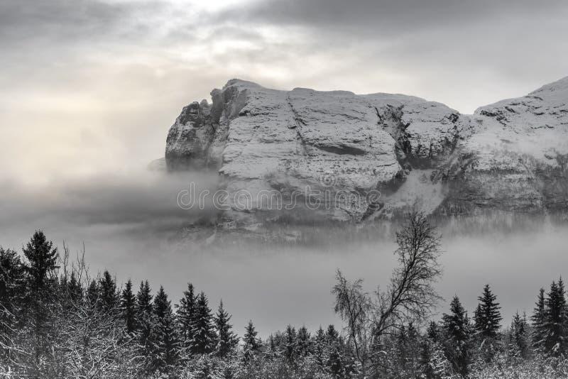 Montanhas de Hydnefossen fotos de stock
