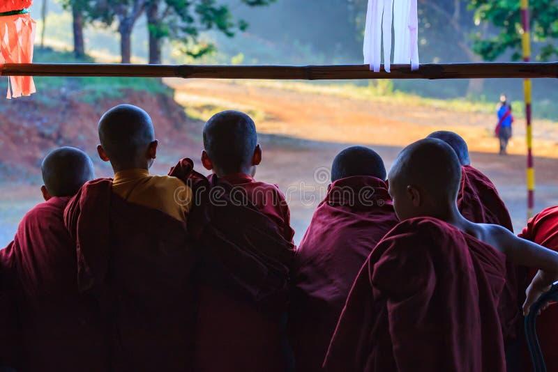 Montanhas de Kalaw, Myanmar, o 20 de novembro de 2018 - alvorecer em um budista das crianças monastry Crianças na idade de seis fotos de stock royalty free