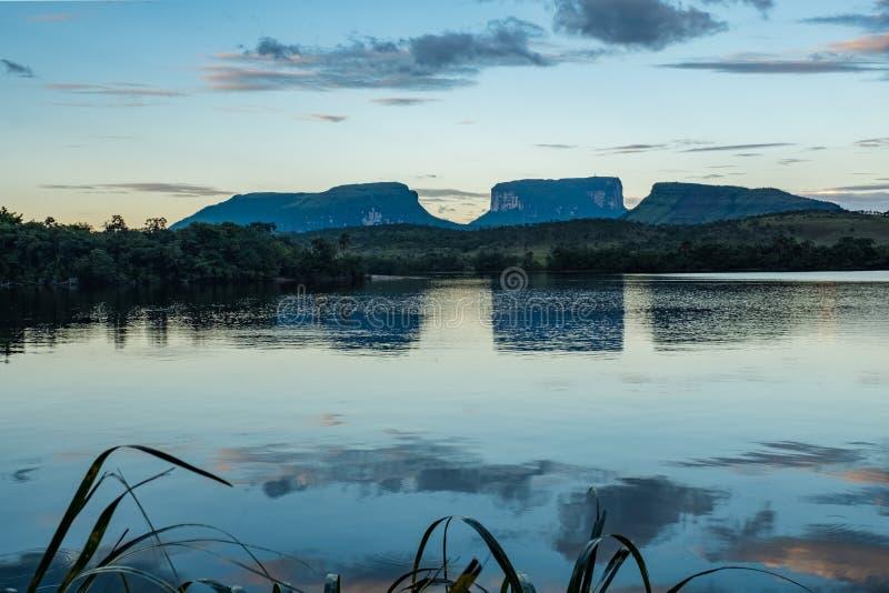 Montanhas de Kurun, de Kunai & de Kuravaik, Ucaima, Canaima, Venezuela foto de stock royalty free