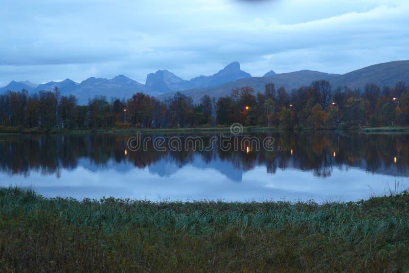 Montanhas de Kvaløya fotos de stock