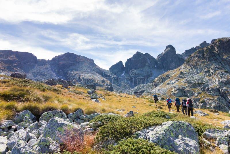 Montanhas de passeio do grupo de pessoas imagens de stock royalty free