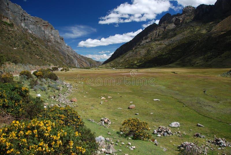 Download Montanhas de Peru imagem de stock. Imagem de destino - 12801573