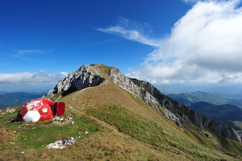 Montanhas de Piatra Craiului - abrigo máximo do OM do La imagens de stock royalty free