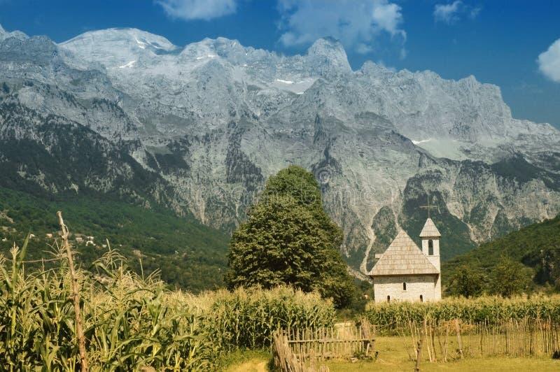 Montanhas de Prokletije, vista da vila de Thethi, imagem de stock