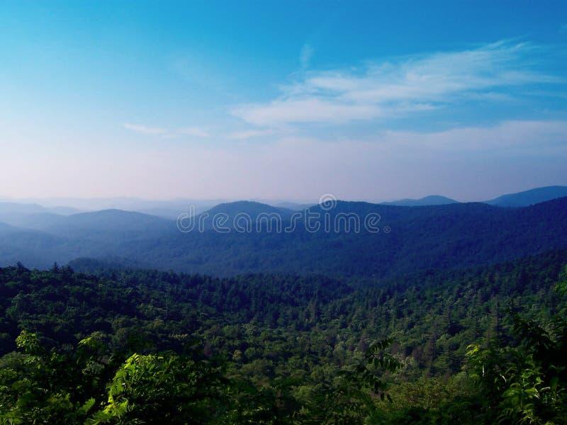 Montanhas de Ridge azul fotos de stock royalty free