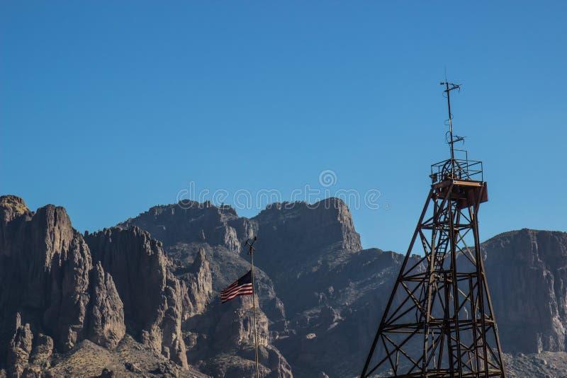 Montanhas de Rusty Iron Tower In Arizona fotografia de stock